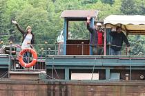 Dočasným útočištěm spolku Činoherák Ústí se na tři týdny stane loď Tajemství bratří Formanů. Herci tu odehrají během tří týdnů na dvacet představení, včetně těch pro školy.