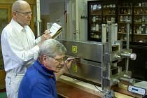 Doc. Straka (stojící) s Ing. Žežulkou při měření magnetického pole v novém zařízení.