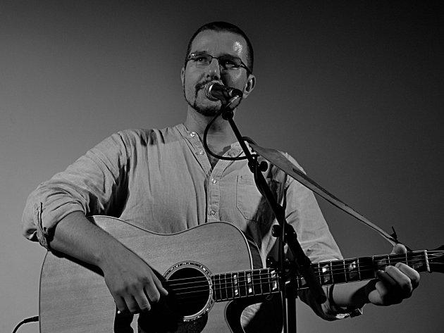 Peter Janků. Zpívá i pro bezdomovce, umí se ozvat proti slovenskému fašistovi.