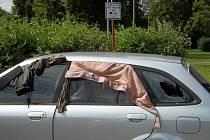 Vrak stříbrného auta už delší dobu hyzdí parkoviště nedaleko krajského soudu v ulici Kramoly na Střekově.