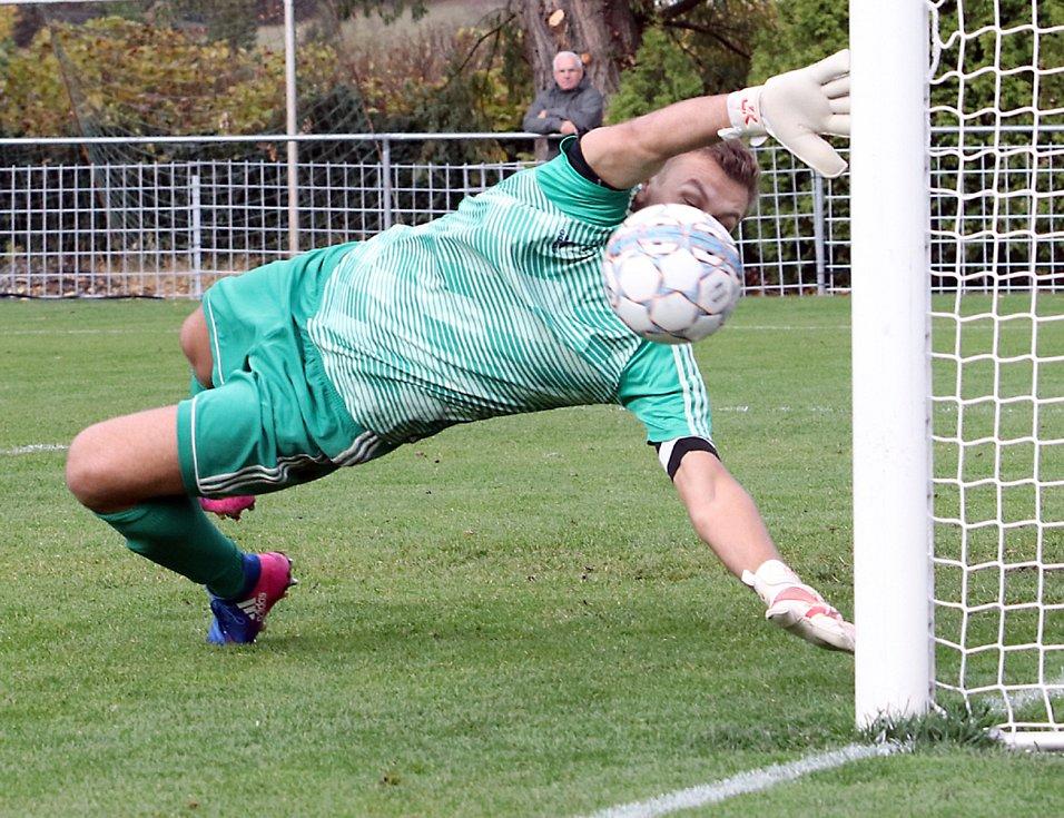 Fotbalisté Chuderova (v zelenočerném) porazili v derby na penalty lídra tabulky z Neštěmic 3:2. Foto: Deník/Rudolf Hoffmann