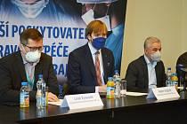 Vedení společnosti Krajská zdravotní. Zleva místopředseda představenstva Leoš Vysoudil, uprostřed předseda představenstva Adam Vojtěch, vpravo generální ředitel Petr Malý.