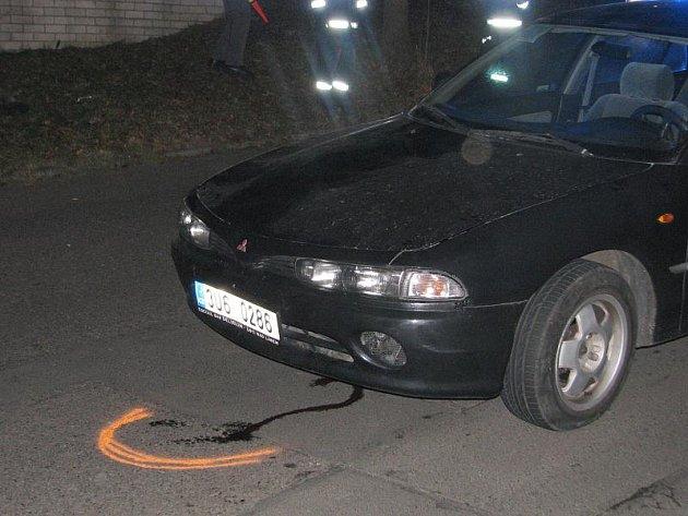 Při nehodě ve Všebořicích byla zraněna žena. Zůstala doslova zaklíněná pod vozem a vyprostili ji až přivolaní hasiči. Pod autem zůstaly stopy krve.