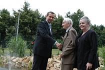 Poblahopřát přišli oslavenci Antonínu Kovářovi mezi ostatními hosty jeho dcera Eva Urbánková i starosta obvodu Severní Terasa Leo Dittrich
