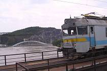 Spojení obou břehů Labe v Ústí bylo při povodních v roce 2002 možné jen po železničním mostě.