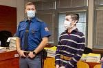 Obžalovaný Martin Baďura (vpravo) 9. října 2020 v síni Krajského soudu v Ústí nad Labem.