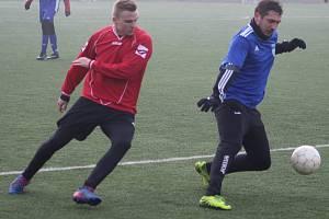 Fotbalisté Svádova (v červeném) remizovali v zimní přípravě 2019 s Úštěkem 5:5