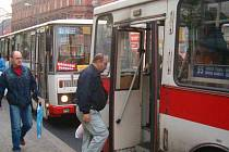 Cestující musí na Mírovém náměstí přestupovat z autobusu na trolejbus