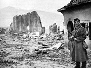Na snímku z 16. října 1940 je přehlídka policejní jednotky po návratu z Polska.