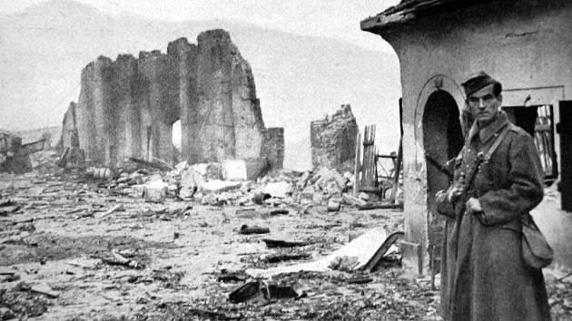 Z rozsáhlého komplexu skladů zůstaly po výbuchu jenom doutnající ruiny.