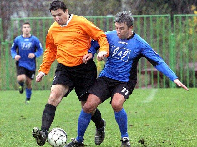 Fotbalisté Střekova B (oranžoví) doma porazili Chuderov 2:1.