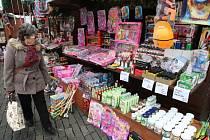 Nazdobené stánky s vonícím svařákem, jmelím a vánočními dekoracemi prokládá pestrá nabídka levného oblečení, hraček a kosmetiky. Skladba zboží, byť se oproti minulosti zlepšila, stále vyvolává u Ústečanů diskuse.