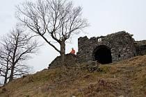 Zřícenina hradu Blansko stojí asi šest kilometrů severovýchodně od Ústí.