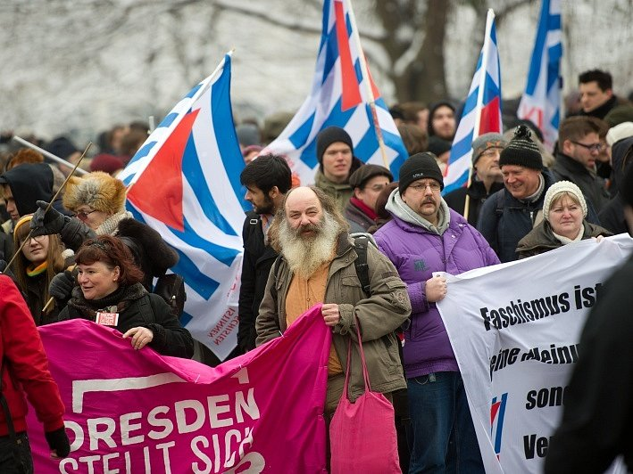 Výročí bombardování Drážďan zneužívají extrémisté k propagaci nenávistných ideologií. Antifašisté se jim v tom každý rok snaží zabránit, například živým řetězem. Ani letos to nebylo jinak.