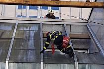 Lezci sundali skla z budovy České správy sociálního zabezpečení v Ústí nad Labem
