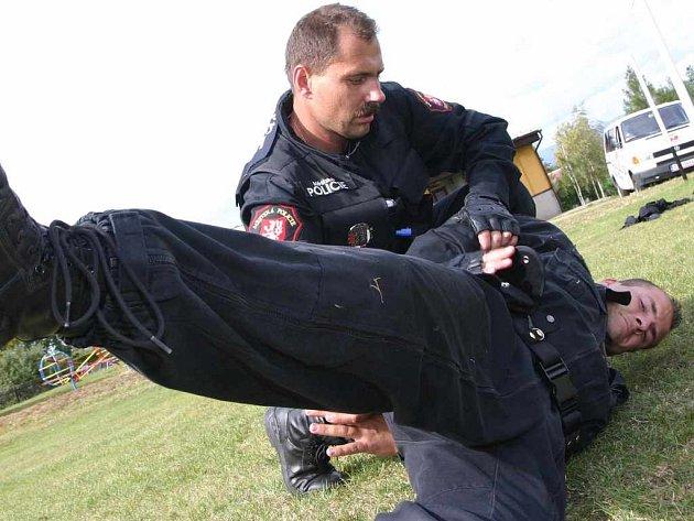 Cvičení strážníků na kurzu sebeobrany