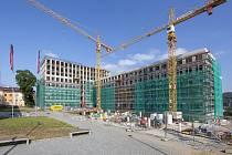 Obří budova Centra přírodovědných a technických oborů roste v srdci univerzitního kampusu v Ústí nad Labem. Pojme až 1 500 studentů a vědců.