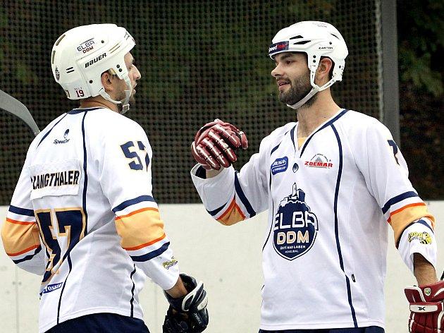 Ústečtí hokejbalisté Langthaler a Soukup se radují z branky.