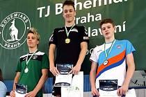 Ústecký plavec Vojtěch Janeček (uprostřed) si v Praze doplaval pro zlato.