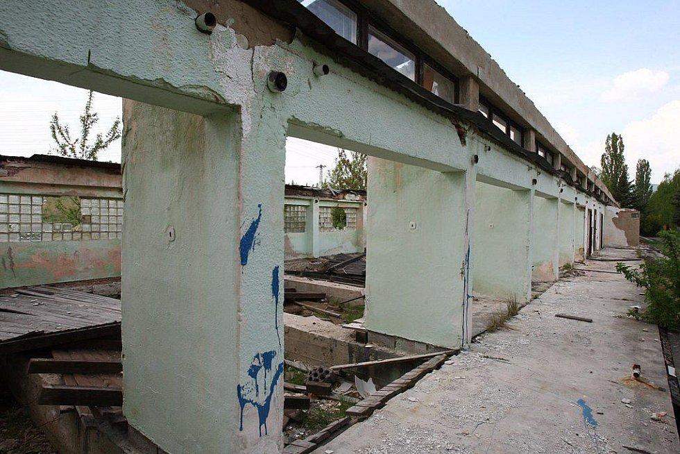 Budovy v areálu bývalého koupaliště u Habrovického rybníku, pomalu chátrají.