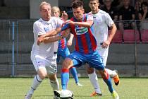 Ústečtí fotbalisté (bílé dresy) v Plzni prohráli 0:5 a 0:4.