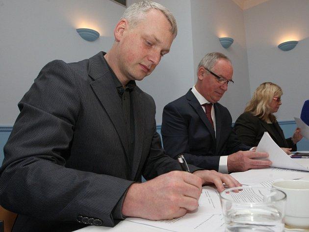 Josef Zikmund a Martin Hausenblas ve čtvrtek ráno podepsali koaliční smlouvu a etický kodex zastupitelů.