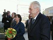 Miloš Zeman s manželkou před Krajským úřadem v Ústí nad Labem.