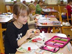 JENOM ANGLICKY se mluví v hodině praktických činností v první a druhé třídě ZŠ Elišky Krásnohorské.