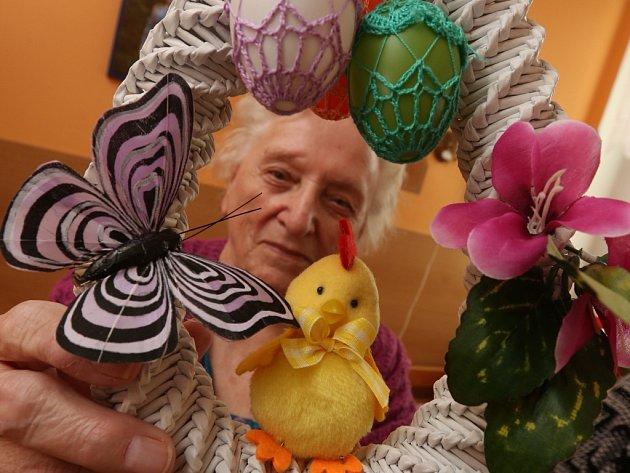 Klientky v Domově pro seniory vyrobily spousty velikonočních ozdob.