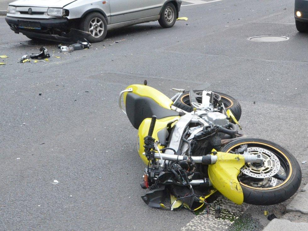 Nehoda motorkáře a auta ve Velké Hradební v Ústí.