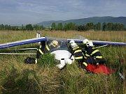 Tři hasičské jednotky zasahovaly při nehodě ultralightu.