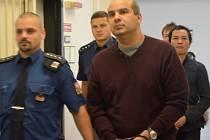 Učitel Marcel Cichý na chodbě ústeckého krajského soudu.