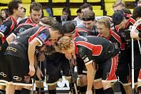 Ústečtí florbalisté (v černém) dokázali otočit nepříznivý stav utkání a Petrovice porazili 10:5. Florbalisté Ústí ilustrační