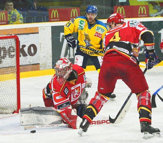 Ústečtí Lvi v první utkání semifinálové série marně dobývali branku Hradce. Špirko (ve žlutém) se prosadit nedokázal a Ústí prohrálo 2:3.