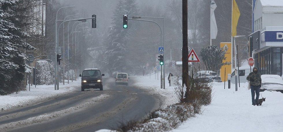 Ve čtvrtek 14. ledna zasypal sníh Děčínsko a Ústecko. Silničáři měli plné ruce práce, aby udrželi v horských oblastech jako je Tisá a Petrovice silnice sjízdné.