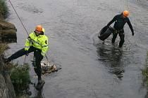 Strážníci čistili koryto řeky Bíliny.