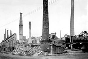 Jenom několik set metrů od rozbombardovaného depa se nacházel rozlehlý areál ústecké chemičky. Snímek z chemičky ukazuje, jak dopadla továrna po dubnovém bombardování v roce 1945.