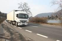 V neobydlené zóně mezi Ústím a Vaňovem došlo k demontáži značek umožňující jet úsekem sedmdesátkou. Důvodem je zrušení přechodu pro chodce.