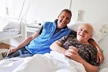 """Dobrovolník Roman Nekola dochází za pacienty Masarykovy nemocnice třikrát v týdnu. """"Kdysi mi tu moc pomohli. Když jsem přemýšlel, jak to vrátit, zvolil jsem dobrovolnictví,"""" říká Ústečan. Na snímku s Jiřím Čondlem na oddělení rehabilitace."""