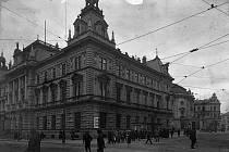 Vedle zaniklé pošty na rohu dnešní Revoluční a Masarykovy ulice stojí městské divadlo, za ním muzeum, tehdy škola. I ty musely v roce 1918 začít počítat s Čechy.
