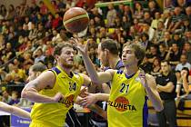 Ústečtí basketbalisté (ve žlutém) by se mohli radovat z dalšího vítězství.