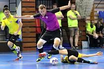 Finále Okresního poháru mezi domácími futsalisty FC NY Tiradores Ústí nad Labem (fialovo-černí) a TJ Bouráci Teplice (žluto-černí). Po penaltovém rozstřelu zvítězili Bouráci Teplice.