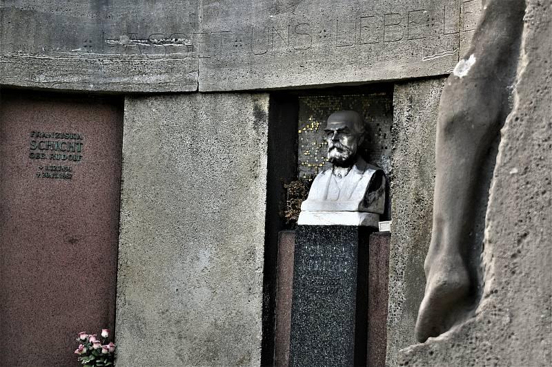 Hrobka Johanna Schichta na střekovském hřbitově.