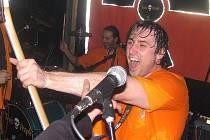 TOXIC PEOPLE V CIRCUSU. Po úspěšné DuoColor party I. se koná v uterý 11.11. v Circuse její pokračování. Na snímku zpěvák basák Toxic Mayor.