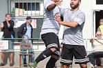 Fotbalisté Neštěmic (v šedém) doma otočili zápas proti Junioru Děčín a vyhráli 6:2. Lai slaví gól s Martínkem.Foto: Deník/Rudolf Hoffmann