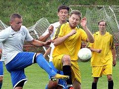Fotbalisté Střekova (ve žlutém) doma prohráli s Lovosicemi, které míří za postupem do krajského přeboru, 3:6.