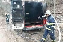V Meziboří hořela dodávka. Plameny museli krotit hasiči