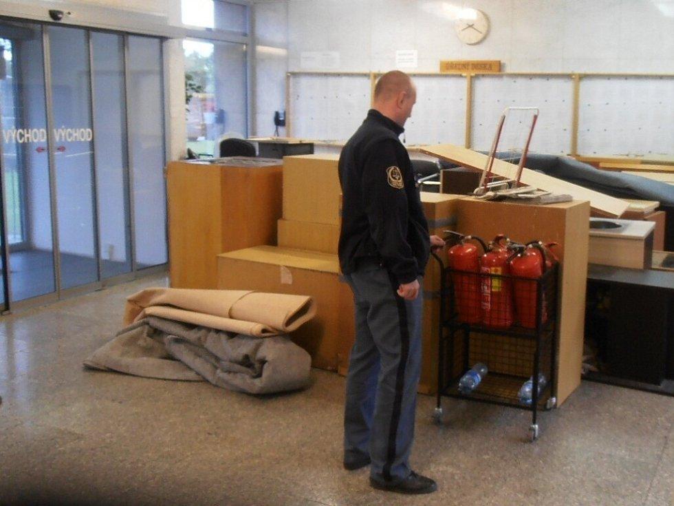 Soudní síně se proměnily ve skladiště věcí, ale i v šatnu justiční stráže.