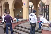 Babišovci z ANO 2011 před Pedagogickou fakultou. Jak vysvětlil Pavel Doulík, děkan fakulty, chodník škole nepatří, nemá ho v nájmu, je veřejným prostranstvím, nelze je tedy vykázat.