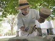 Jürgen Horn z bavorského města Laaber tesal plastiku z pískovce.